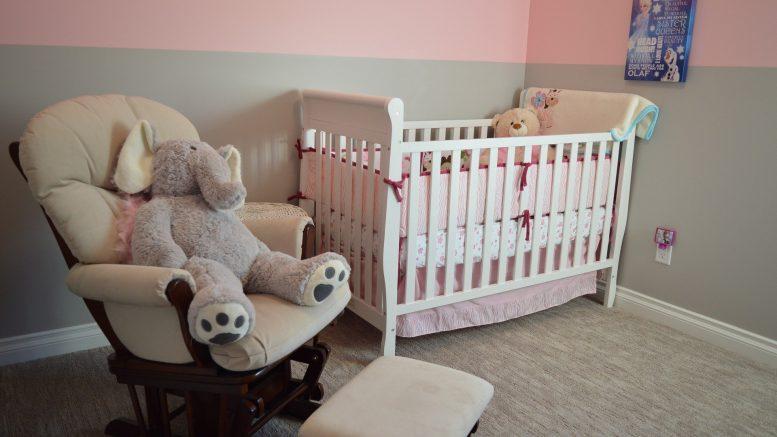 décoration chambre bébé, idée décoration chambre bébé fille garçon, berceau bébé, papier peint chambre bébé
